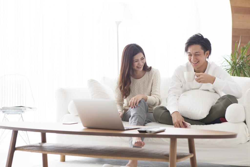 保険について相談する夫婦